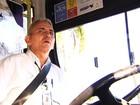Motorista de ônibus surpreende passageiros ao ser gentil e educado
