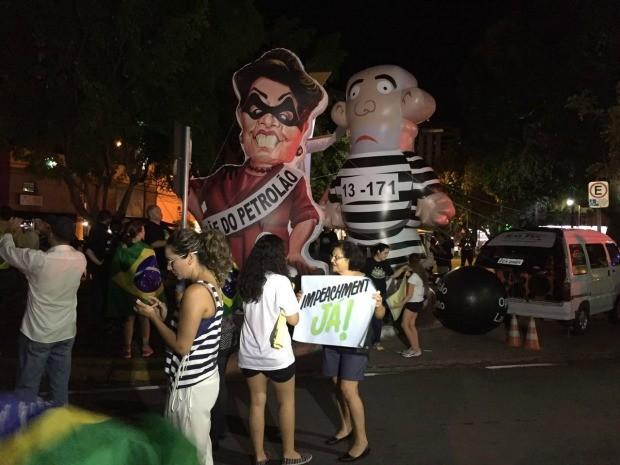 Bonecos infláveis de Dilma e Lula voltaram a ser usados na Praça 8 de Abril, em Cuiabá (Foto: Cristina Mayumi/TVCA)