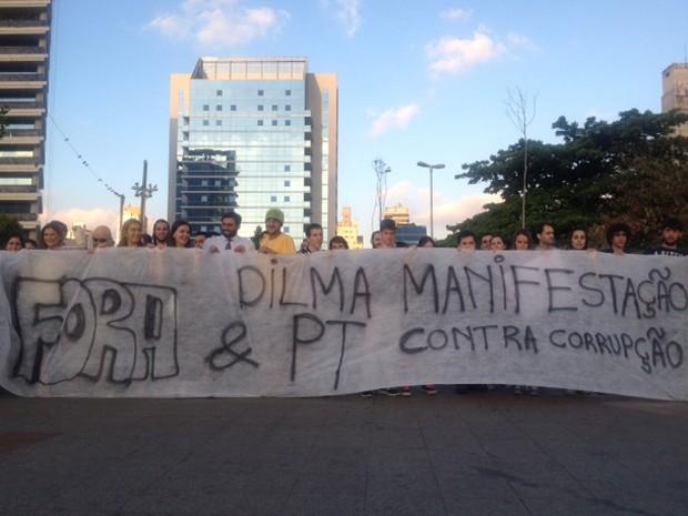 Em ato no Largo da Batata, grupo pede a saída de Dilma Rousseff  (Foto: Roney Domingos/G1)