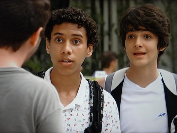 Paulino e Vitor ficam de queixo caído com confirmação de famoso (Foto: Malhação / TV Globo)