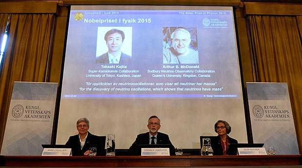 Membrois da Fundação Nobel anunciam os vencedores do Prêmio Nobel de Física de 2015 (Foto: JOnathan Nackstrand/AFP)