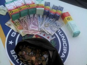 Criminosos roubaram dinheiro e caixas de medicamentos (Foto: Guarda Municipal/Divulgação)
