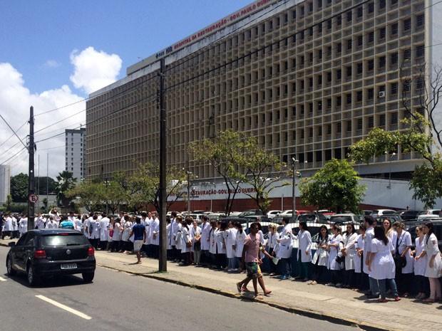 Manifestantes deram abraço coletivo no Hospital da Restauração para representar a solidariedade dos médicos residentes com a saúde pública brasileira (Foto: Reprodução / WhatsApp)