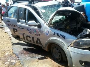 Carro da PM seguia de Izacolândia para Petrolina (Foto: Divulgação/Polícia Rodoviária Federal)