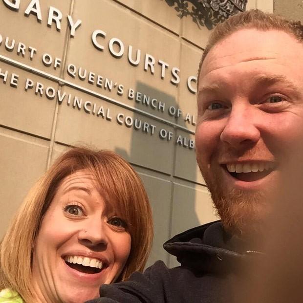 Ex-casal posta selfie sorridente logo após divórcio no Canadá (Foto: Reprodução/Facebook/Shannon Neuman)
