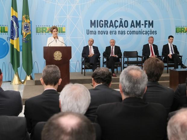 Presidente Dilma Rousseff durante cerimônia de anúncio dos critérios de adaptação de outorgas de radiodifusão AM para FM (Foto: Roberto Stuckert Filho/Presidência)
