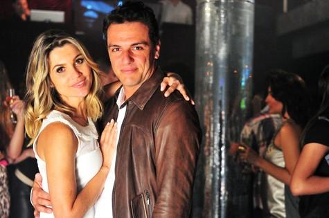 """Flávia Alessandra e Rodrigo Lombardi, Érica e Théo em """"Salve Jorge"""" (Foto: João Miguel Júnior/TV Globo)"""