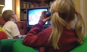 O tempo passado frente à TV parece influenciar as crianças, não o tempo no computador (Foto: BBC)