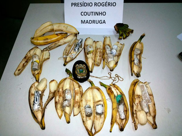 Bananas estavam recheadas com tabletes de maconha, chipes e fones de ouvido para aparelhos celulares (Foto: Osvaldo Júnior Rossato/G1)