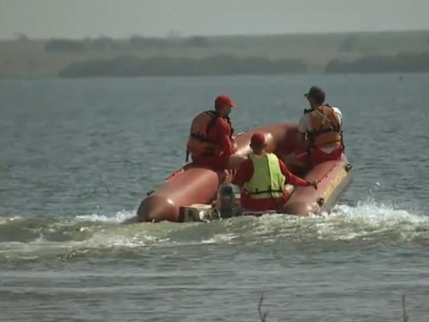 Bombeiros fazem buscas no rio Tietê (Foto: Reprodução/TV TEM)