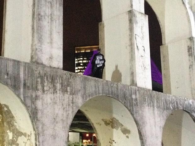 Conhecido nas manifestações, 'Batman' subiu nos Arcos da Lapa (Foto: Daniel Silveira / G1)