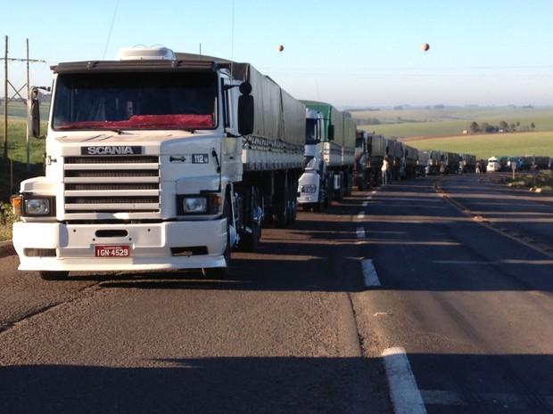 Caminhões bloqueiam BR-158, no Rio Grande do Sul (Foto: Larissa Fraga/RBS TV)