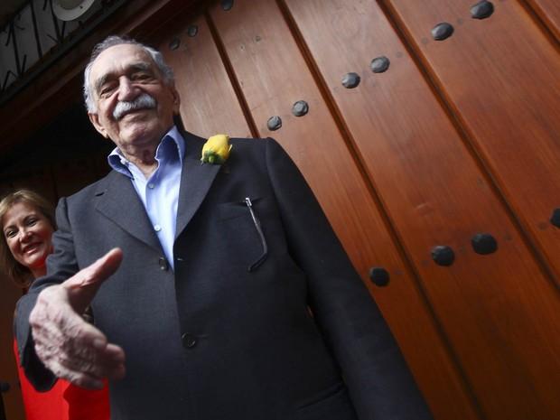 Março de 2014 - O escritor ganhador do Nobel da Literatura Gabriel García Márquez  cumprimenta jornalistas à porta de sua casa na Cidade do México no seu aniversário, no dia 6 de março (Foto: Edgard Garrido/Reuters)