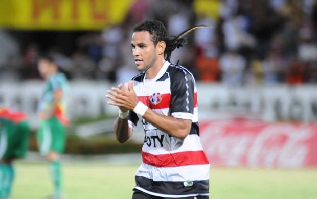 Dênis Marques voltou a marcar e chegou ao quarto gol no Pernambucano (Foto: Aldo Carneiro)