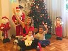 Bárbara Borges posa ao lados dos filhos e mostra decoração natalina