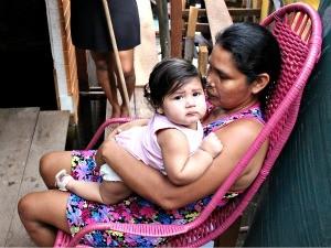 A dona de casa Ivone Nascimento, mora com mais 10 pessoas em uma residência que agora, devido a cheia, tem somente um cômodo (Foto: Marcos Dantas / G1 AM)