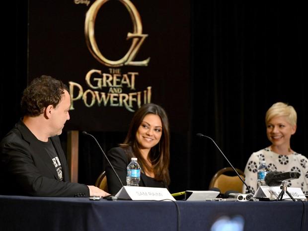 Sam Reimi ao lado de Mila Kunis e Michelle Williams (Foto: Disney/Divulgação)
