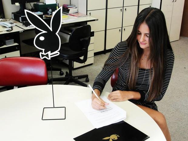 Catarina assina contrato com a Playboy (Foto: Divulgação/Playboy)