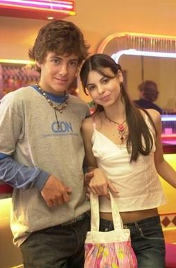 """(Foto: Kayky Brito com a irmã, Sthefany, com quem contracenou em """"Começar de novo"""", de 2004/ Foto: TV Globo/ TV Globo)"""