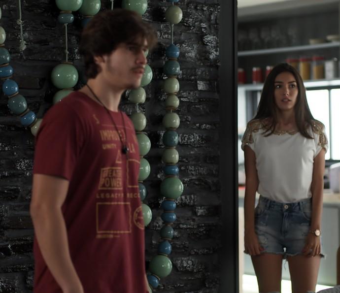 Yasmin leva um susto com a chegada do irmão (Foto: TV Globo)