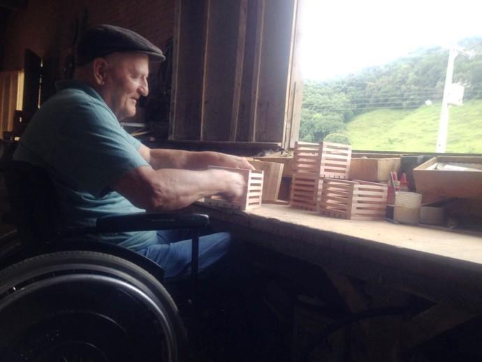 Artesão de 69 anos produz brinquedos em madeira  (Foto: RBS TV/Divulgação )