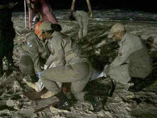 Vítima esfaqueada durante assalto na Praia de Ipanema recebeu os primeiros-socorros ainda na areia. (Foto: Luiz Costa Júnior/TV Globo)