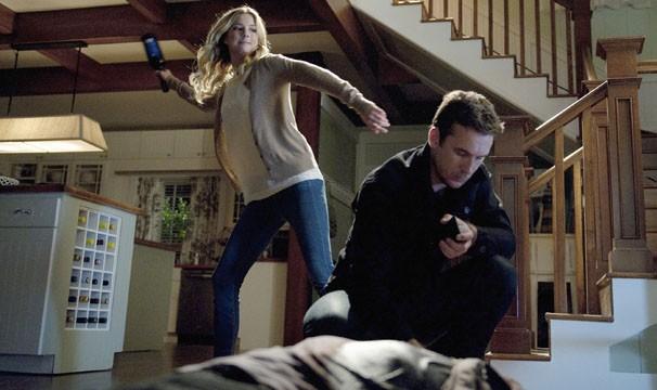 Emily tenta se livrar de Aiden (Foto: Divulgação / Disney Media Distribution)