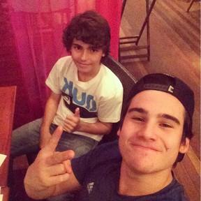 Nicolas Prattes com o primo, Diego (Foto: Reprodução/Instagram)