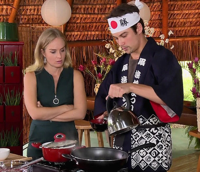 Raphael Sander cozinha para Angélica (Foto: TV Globo)