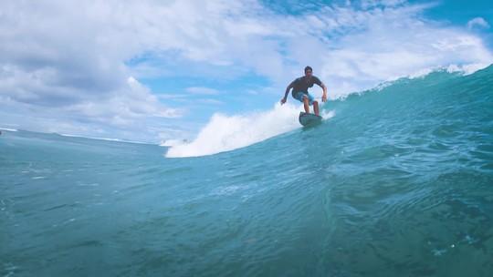 Nas Ondas de Bali: Medina voa alto, acerta backflips e sai da água aplaudido