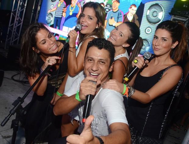 Fernanda Paes Leme com amigas no palco (Foto: Ari Kaye/Divulgação)