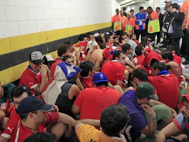Chilenos detidos (Foto: Bernat Armangue/AP)