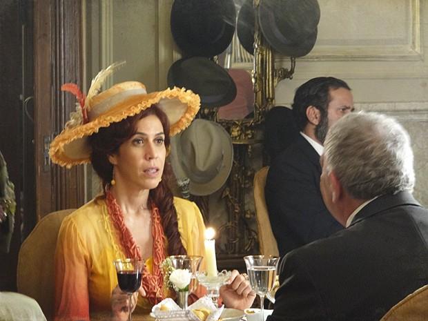 Neusinha se assusta com a investida de Xavier (Foto: Lado a Lado/TV Globo)