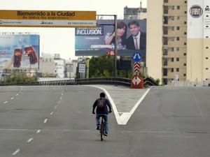 Homem anda de bicicleta em Buenos Aires durante dia de greve geral na Argentina (Foto: Marcos Brindicci/Reuters)