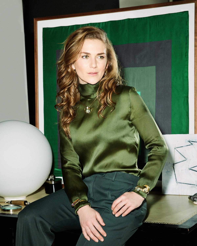 Fotografada em Nova York, Claire Distenfeld, dona da multimarcas Fivestory, usa colares da nova coleção de Yael Sonia, feitos de ouro, quartzo e diamantes, combinados a top Prada e calça Rosie Assoulin (Foto: Nyra Lang) (Foto:  )