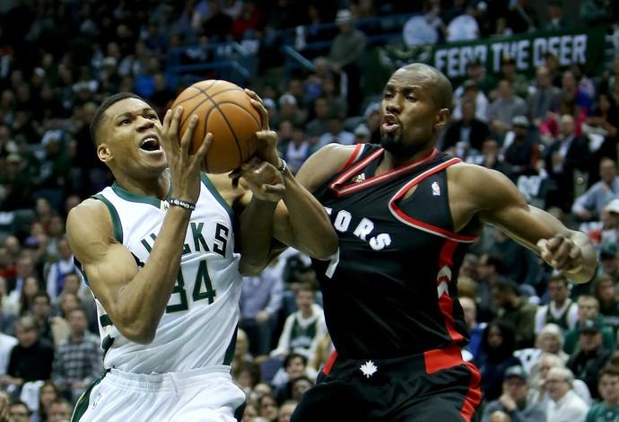 Giannis Antetokounmpo, do Milwaukee Bucks, disputa jogada com Serge Ibaka, do Toronto Raptors (Foto: Getty Images)