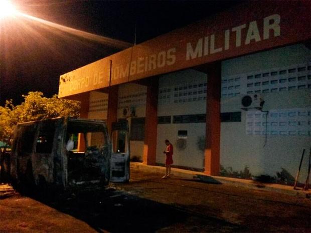 Viaturas dos bombeiros foram incendiadas em Pau dos Ferros (Foto: Heráclito Daniel)
