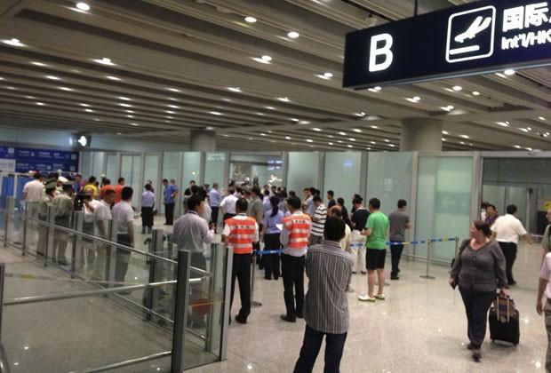 Policiais e agentes de segurança são vistos no local onde ocorreu uma explosão no Terminal 3 do aeroporto de Pequim, na China, neste sábado (20) (Foto: Jason Lee/Reuters)