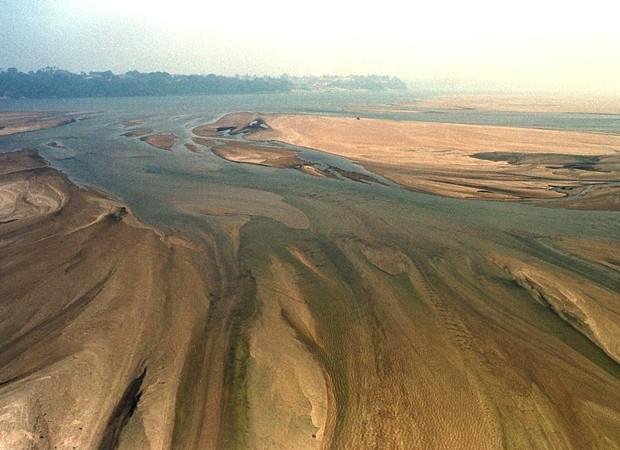 Imagem de arquivo mostra Rio Branco, na Amazônia, em um de seus momentos mais críticos de seca. Evento foi atribuído por cientistas a efeitos do El Niño (Foto: Marie Hippenmeyer/Arquivo AFP)