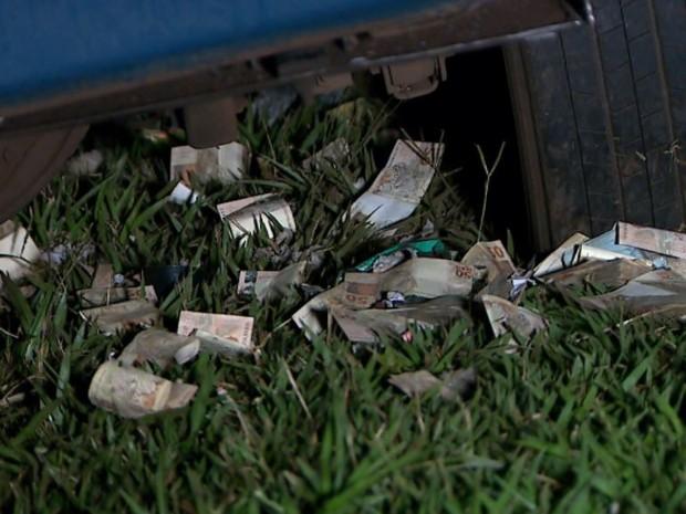 Dinheiro ficou espalhado pela pista após explosão de carro-forte em Barrinha, SP (Foto: Reprodução/EPTV)