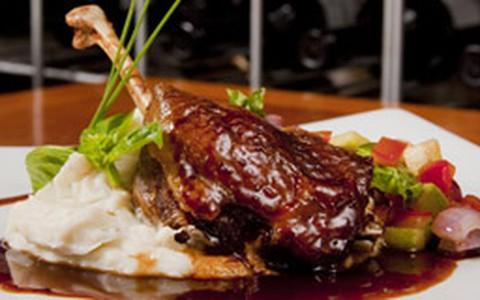 Confit de pato com molho de uvas ao porto, purê de cará e ratatouille