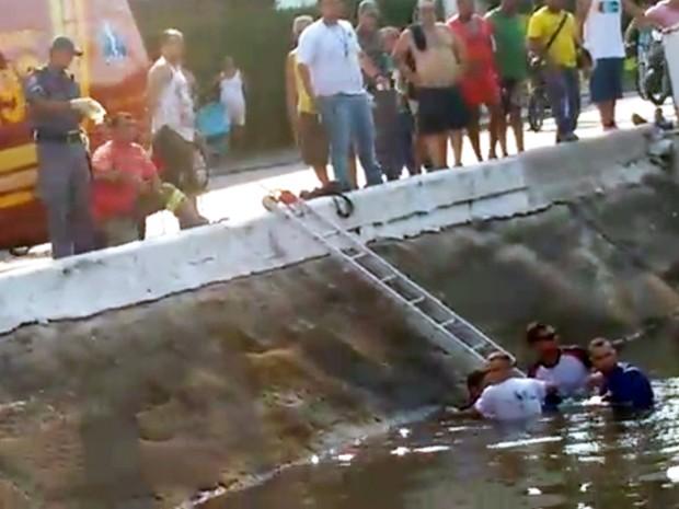 Homem cai em canal após moto ser fechada por carro em Santos, SP (Foto: Reprodução/TV Tribuna)