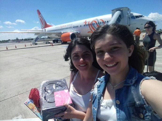 Pérola e a mãe, Cristiane, levaram presente para Veveta (Foto: Arquivo pessoal)