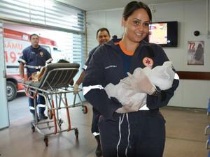 Menina que nasceu no mercado público em João Pessoa foi levada para maternidade pelo Samu (Foto: Walter Paparazzo/G1)