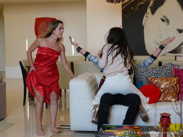 Quem não acha nem um pouco de graça é a namorada do brother (Foto: Amor à Vida/ TV Globo)