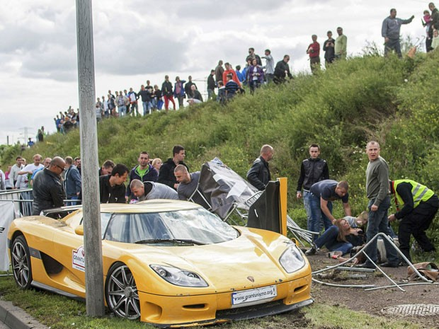 Espectadores ajudam a socorrer as vítimas do atropelamento no Grand Turismo Polonia  (Foto: AP Photo/Wojciech Wloch)