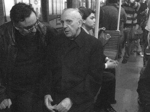 Fotografia de 2009 mostra o cardeal Jorge Mario Bergoglio anda no metrô argentino (Foto: Cortesia Sergio Rubin/AP)