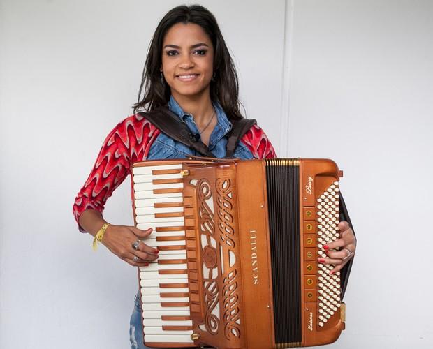 Lucy Alves segura sua inseparável sanfona (Foto: Isabella Pinheiro/TV GLOBO)