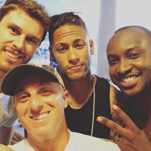 Bruninho, Luciano Huck, Neymar e Thiaguinho em festa (Foto: Instagram/ Reprodução)
