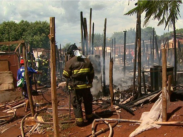 Incêndio em favela no Parque Ribeirão, em Ribeirão Preto (SP) (Foto: Maurício Glauco/EPTV)